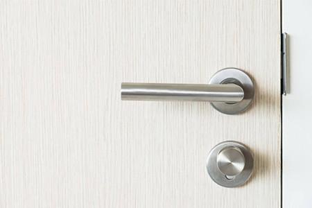 Cómo sustituir la manilla de una puerta