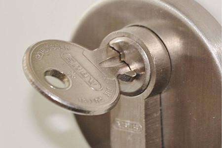 Cómo cambiar un bombín de puerta